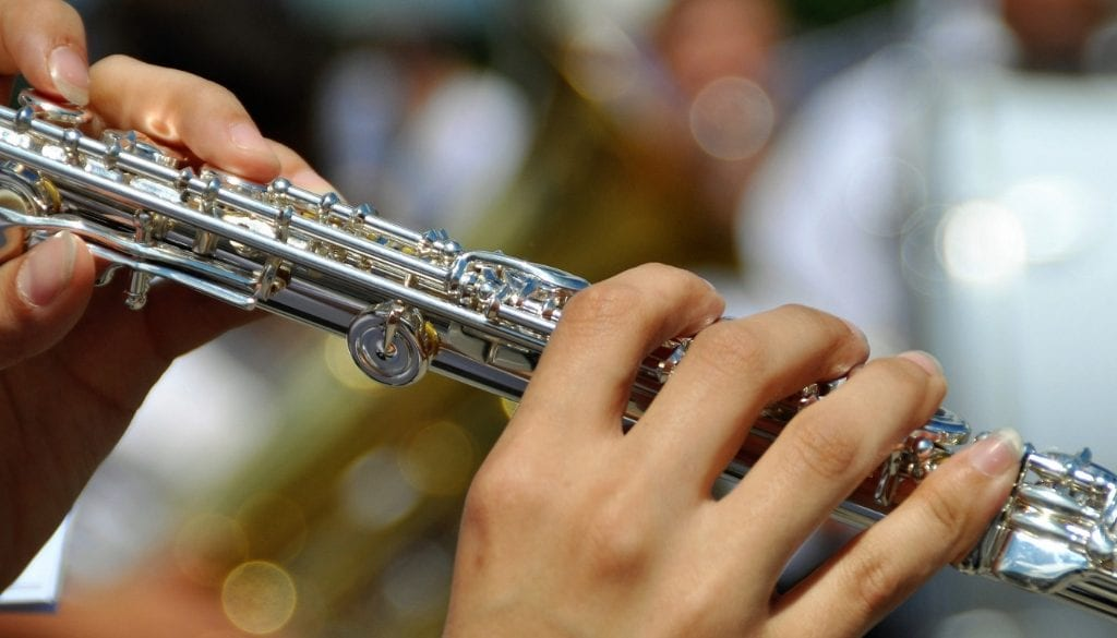 how to hold the flute
